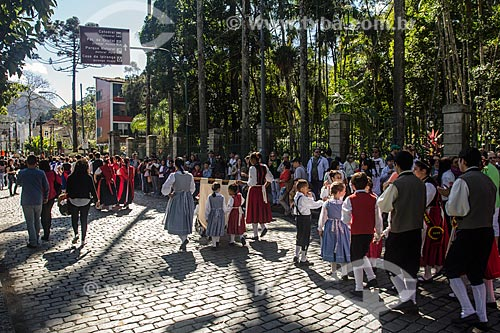 Pessoas com trajes típicos alemães durante a Bauernfest - Festa do Colono Alemão  - Petrópolis - Rio de Janeiro (RJ) - Brasil