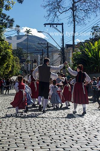 Pessoas dançando com trajes típicos alemães durante a Bauernfest - Festa do Colono Alemão  - Petrópolis - Rio de Janeiro (RJ) - Brasil