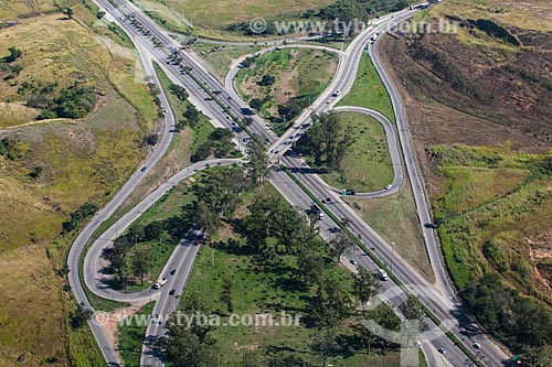 Foto aérea do Viaduto Engenheiro Oscar Brito no trevo rodoviário entre a Avenida Brasil e a Rodovia BR-465  - Rio de Janeiro - Rio de Janeiro (RJ) - Brasil