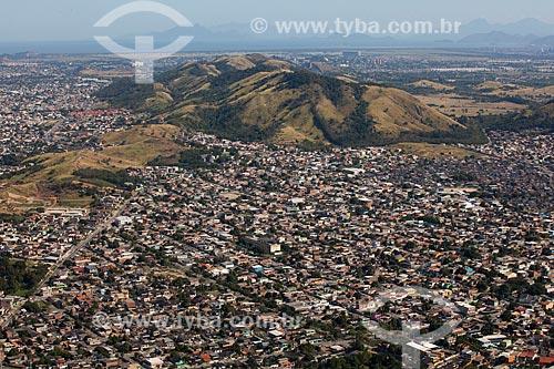 Foto aérea de casas no bairro de Campo Grande com a Serra de Paciência ao fundo  - Rio de Janeiro - Rio de Janeiro (RJ) - Brasil