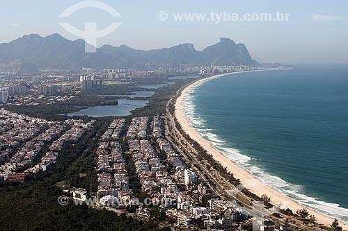 Foto aérea da orla da Praia do Recreio e do Parque Natural Municipal de Marapendi com a Pedra da Gávea ao fundo  - Rio de Janeiro - Rio de Janeiro (RJ) - Brasil
