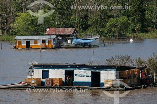 Mercearia flutuante no Rio Amazonas próximo à cidade de Urucará  - Urucará - Amazonas (AM) - Brasil