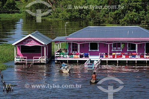 Mercearia flutuante e casa em Comunidade Ribeirinha às margens do Rio Amazonas durante a época de cheia  - Careiro da Várzea - Amazonas (AM) - Brasil