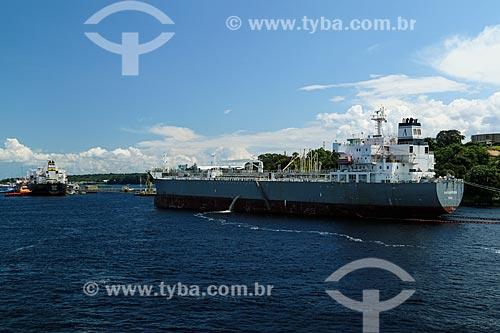 Navio petroleiro atracado próximo à Refinaria Isaac Sabbá - também conhecida como Refinaria de Manaus (REMAN)  - Manaus - Amazonas (AM) - Brasil