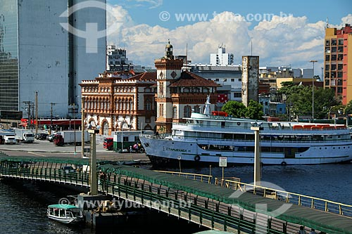 Porto de Manaus com o prédio da Alfândega e Guardamoria (1906) ao fundo  - Manaus - Amazonas (AM) - Brasil