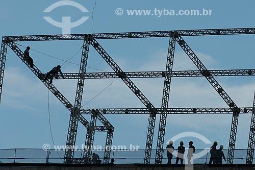 Operários instalando a estrutura para o telão na Arena Corinthians  - São Paulo - São Paulo (SP) - Brasil