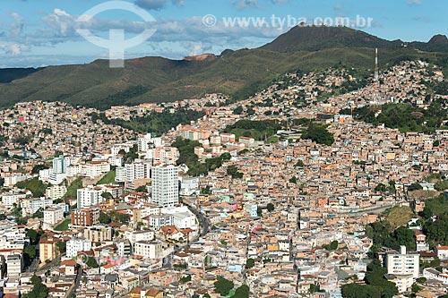 Foto aérea da favela da Serra com prédios e a Serra do Curral ao fundo  - Belo Horizonte - Minas Gerais (MG) - Brasil
