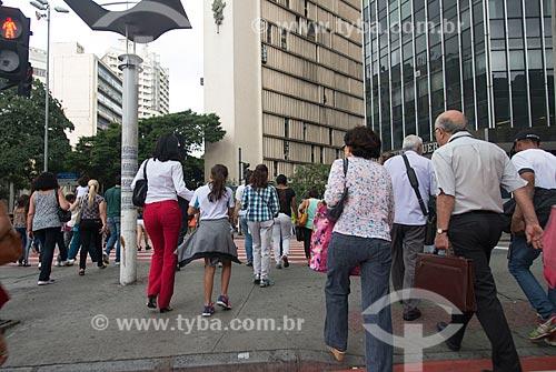 Pedestres atravessando na faixa de pedestre da Praça Sete de Setembro - esquina da Avenida Afonso Pena com a Avenida Amazonas  - Belo Horizonte - Minas Gerais (MG) - Brasil