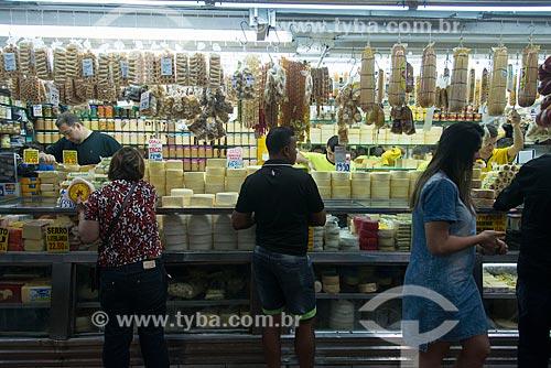Consumidores em loja de laticínios no Mercado Central de Belo Horizonte (1929)  - Belo Horizonte - Minas Gerais (MG) - Brasil