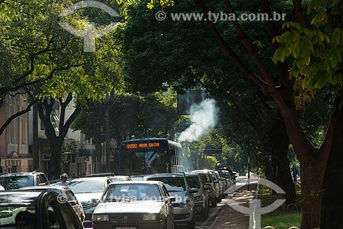 Ônibus poluindo o ar na Avenida Cristóvão Colombo  - Belo Horizonte - Minas Gerais (MG) - Brasil