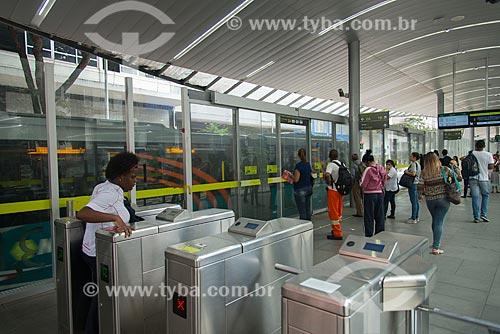 Passageiros na Estação MOVE Tamoios - Corredor MOVE Área Central  - Belo Horizonte - Minas Gerais (MG) - Brasil