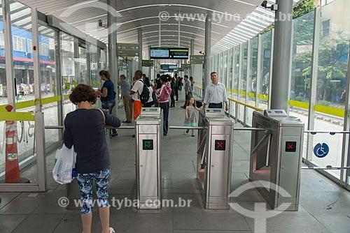 Passageiros na Estação MOVE Carijós - Corredor MOVE Área Central  - Belo Horizonte - Minas Gerais (MG) - Brasil