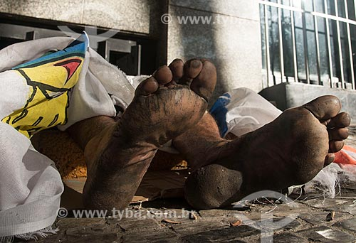 Detalhe de morador de rua dormindo na Savassi  - Belo Horizonte - Minas Gerais (MG) - Brasil