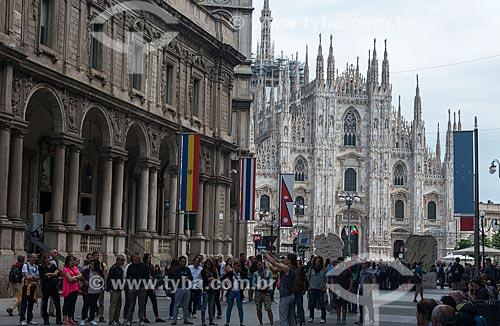 Turistas em Milão com a Duomo di Milano (Catedral de Milão) ao fundo  - Milão - Província de Milão - Itália