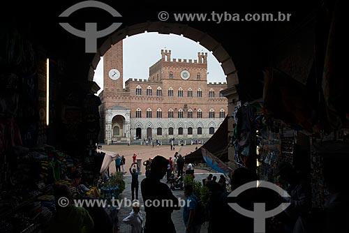 Comércio ambulante na Piazza del Campo (Praça do Campo) com o Palazzo Pubblico (1310) - sede da Prefeitura de Siena - ao fundo  - Siena - Província de Siena - Itália