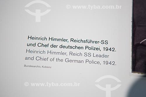 Placa da fotografia de Heinrich Himmler - líder da SS e chefe da policia alemã - parte do acervo permanente do Topographie des Terrors (Topografia do Terror)  - Berlim - Berlim - Alemanha