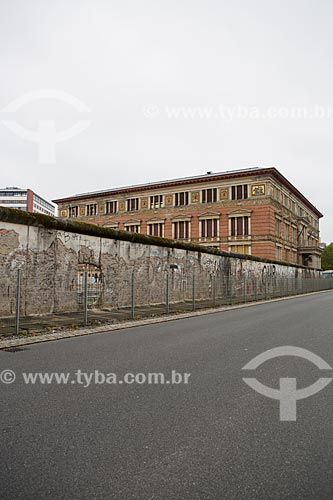 Parte do Muro de Berlim ainda de pé com o Museu Martin-Gropius-Bau (1881) ao fundo  - Berlim - Berlim - Alemanha