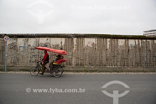 Ciclo-riquixá passando próximo a parte do Muro de Berlim ainda de pé  - Berlim - Berlim - Alemanha