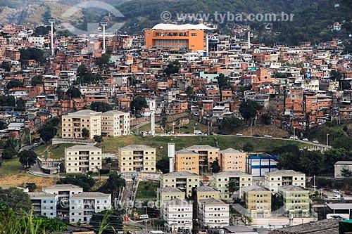 Vista geral de cnjunto habitacional (antiga fábrica da Poesi) com o Complexo do Alemão e a estações Itararé do Teleférico do Alemão - operado pela SuperVia  - Rio de Janeiro - Rio de Janeiro (RJ) - Brasil
