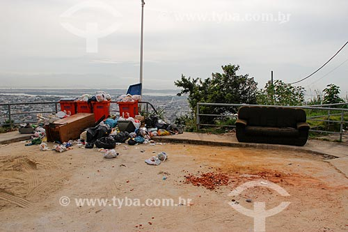 Descarte de lixo e entulho no Complexo do Alemão  - Rio de Janeiro - Rio de Janeiro (RJ) - Brasil