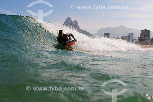 Surfista na Praia de Ipanema com o Morro Dois Irmãos ao fundo  - Rio de Janeiro - Rio de Janeiro (RJ) - Brasil