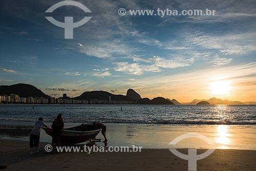 Pescadores da colônia de pescadores Z-13 - no Posto 6 da Praia de Copacabana - colocando o barco no mar  - Rio de Janeiro - Rio de Janeiro (RJ) - Brasil