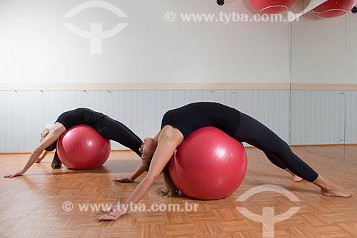 Aula de Pilates - alongamento com bola suíça  - Rio de Janeiro - Rio de Janeiro (RJ) - Brasil