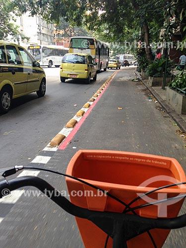 Ciclista em ciclofaixa na Rua das Laranjeiras  - Rio de Janeiro - Rio de Janeiro (RJ) - Brasil