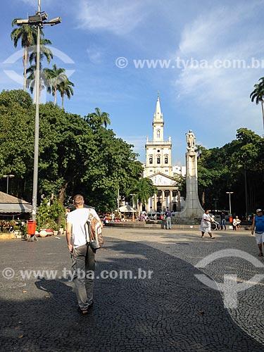 Estátua de Nossa Senhora da Glória no Largo do Machado com a Igreja Matriz de Nossa Senhora da Glória (1872) ao fundo  - Rio de Janeiro - Rio de Janeiro (RJ) - Brasil