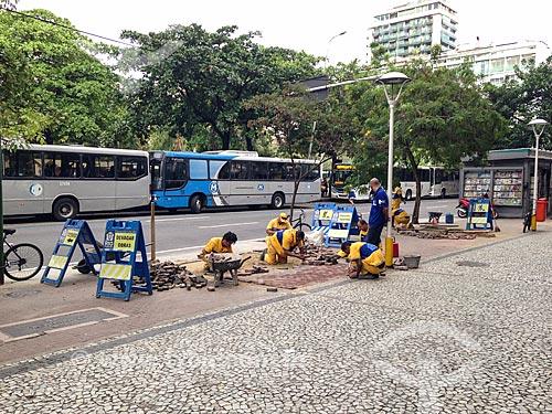 Operários consertando calçada da Rua Visconde de Pirajá  - Rio de Janeiro - Rio de Janeiro (RJ) - Brasil