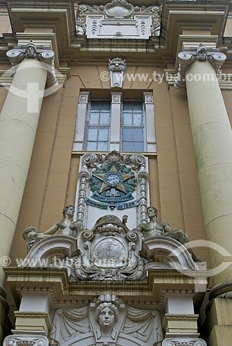 Detalhe do brasão da república na fachada do Museu de Arte do Rio Grande do Sul Ado Malagoli (1913)  - Porto Alegre - Rio Grande do Sul (RS) - Brasil