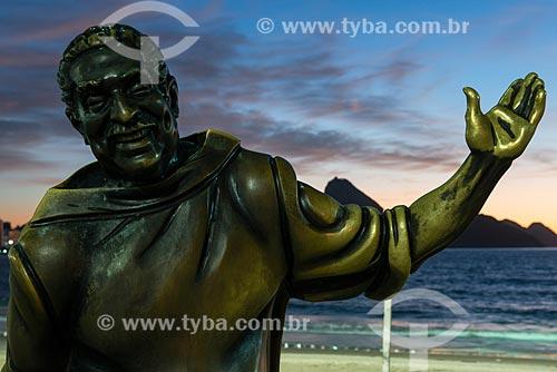 Estátua do cantor Dorival Caymmi (2008) no Posto 6 da Praia de Copacabana com o Pão de Açúcar  - Rio de Janeiro - Rio de Janeiro (RJ) - Brasil
