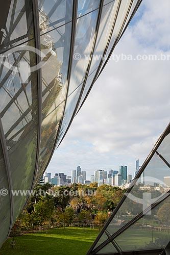 Vista do Jardin dAcclimatation (Jardins da Aclimação) a partir da Fundação Louis Vuitton com prédios ao fundo  - Paris - Paris - França