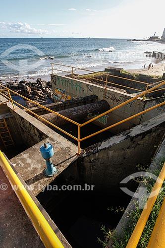 Estação de tratamento de esgoto na Praia da Barra com o Forte de Santo Antônio da Barra (1702) ao fundo  - Salvador - Bahia (BA) - Brasil