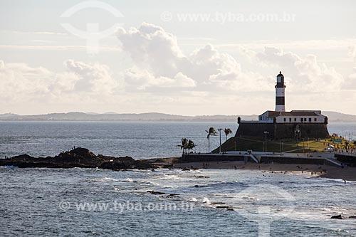 Vista da orla da Praia da Barra a partir do Morro do Cristo com o Forte de Santo Antônio da Barra (1702) ao fundo  - Salvador - Bahia (BA) - Brasil