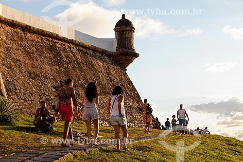 Turistas próximo ao Forte de Santo Antônio da Barra (1702) para observar o pôr do sol  - Salvador - Bahia (BA) - Brasil