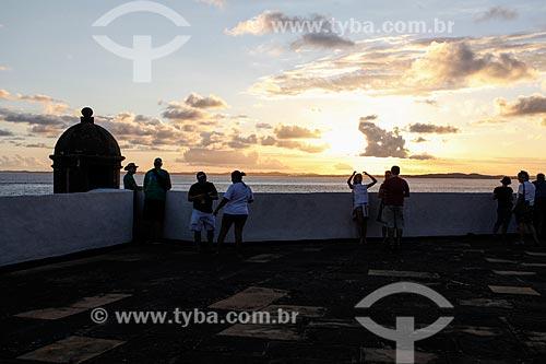 Turistas no Forte de Santo Antônio da Barra (1702) para observar o pôr do sol  - Salvador - Bahia (BA) - Brasil