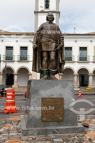 Estátua de Thomé de Souza - fundador da cidade de Salvador - na Praça Thomé de Souza - com a Câmara Municipal de Salvador (1549) ao fundo  - Salvador - Bahia (BA) - Brasil
