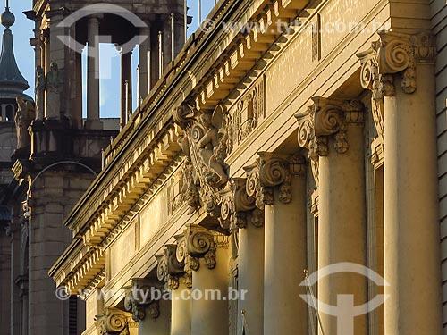 Detalhe da fachada do Palácio Piratini (1921) - sede do Governo do Estado - com o Catedral Metropolitana de Porto Alegre ao fundo  - Porto Alegre - Rio Grande do Sul (RS) - Brasil