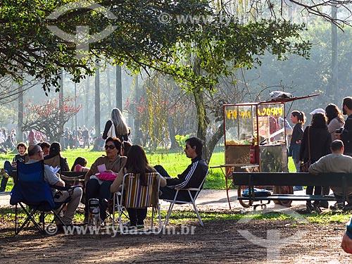 Pessoas conversando no Parque Farroupilha - também conhecido como Parque da Redenção  - Porto Alegre - Rio Grande do Sul (RS) - Brasil