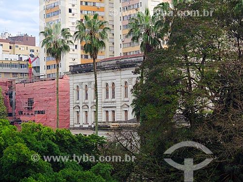 Fachada do Colégio Estadual Paula Soares (1927) com prédios ao fundo  - Porto Alegre - Rio Grande do Sul (RS) - Brasil