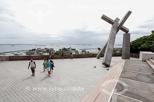 Monumento Cruz Caída (1999) na Praça da Cruz Caída com a Baia de Todos os Santos ao fundo  - Salvador - Bahia (BA) - Brasil