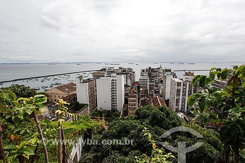 Vista de prédios a partir do mirante da Praça da Cruz Caída com a Baia de Todos os Santos ao fundo  - Salvador - Bahia (BA) - Brasil