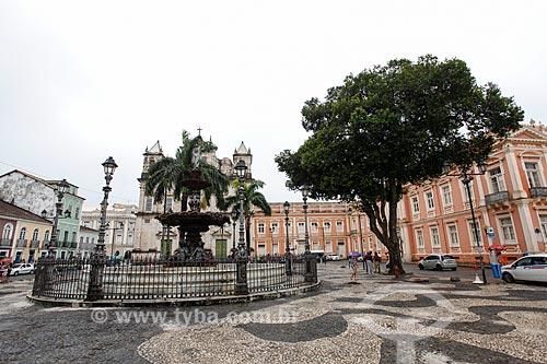 Fonte no Terreiro de Jesus (1856) com a deusa Ceres em destaque - considerada a deusa da Abundância - com a Catedral Basílica Primacial de São Salvador (1672) ao fundo  - Salvador - Bahia (BA) - Brasil