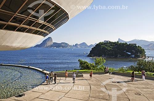 Museu de Arte Contemporânea de Niterói (1996) - parte do Caminho Niemeyer - com o Pão de Açúcar ao fundo  - Niterói - Rio de Janeiro (RJ) - Brasil