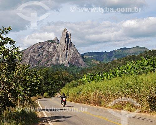 Trecho da Rodovia ES-484 próximo à cidade de Afonso Cláudio com o Pico dos Três Pontões ao fundo  - Afonso Cláudio - Espírito Santo (ES) - Brasil