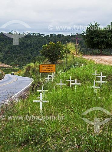 Cruzes em local com alto índice de acidentes na Rodovia ES-261 entre as cidades de Itarana e Santa Maria de Jetibá  - Itarana - Espírito Santo (ES) - Brasil