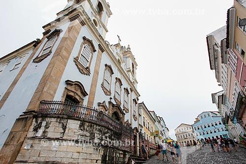 Fachada do Igreja de Nossa Senhora do Rosário dos Pretos (século XVIII) com o Pelourinho ao fundo  - Salvador - Bahia (BA) - Brasil