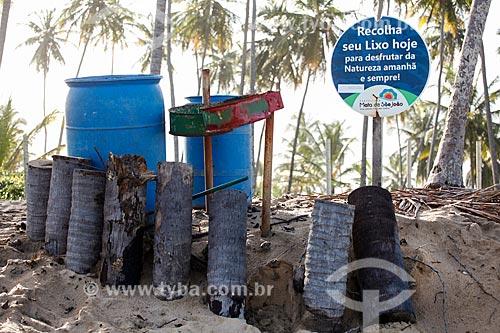 Lata de lixo na orla da Praia das Piscinas Naturais  - Mata de São João - Bahia (BA) - Brasil