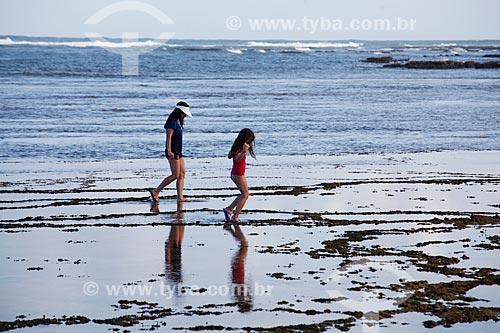 Banhistas na Praia das Piscinas do Lorde  - Mata de São João - Bahia (BA) - Brasil